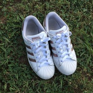 White and rose gold adidas 👟❤️